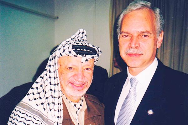 Marcio Barbosa and President of Palestine Yasser Arafat in Ramallah.